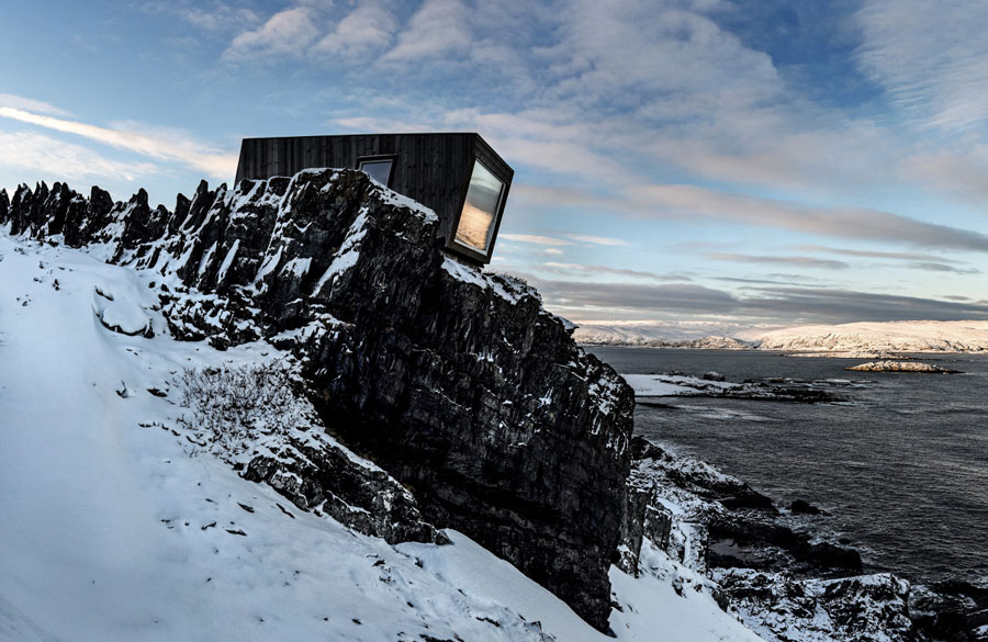 Bivouac-in-Kongsfjord-at-the-Veines-cliff-in-Varanger,-Arctic-Norway