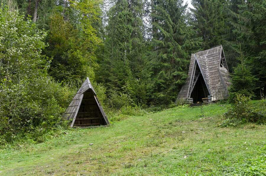 Cabins-near-Lake-Synevyr,-Ukraine